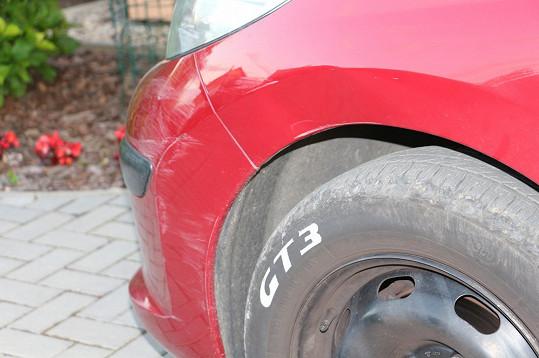 Že by bylo auto jen škráblé, to se říci nedá.