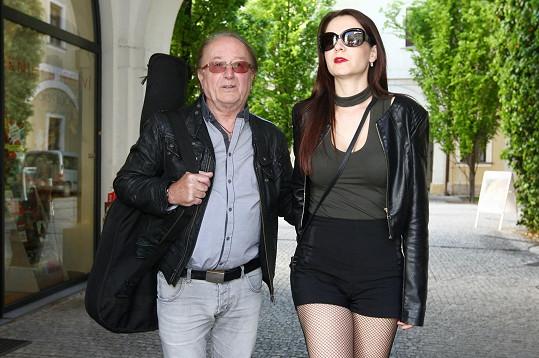 Petr Janda má krásnou manželku.