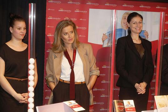 Patricie Solaříková a Emma Smetana během volby fotoknihy roku