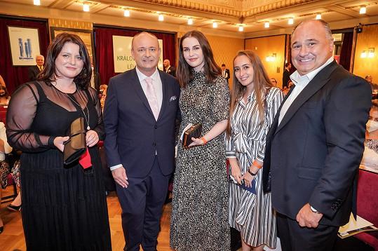 Takhle jí slušelo (na snímku s ministryní Janou Maláčovou, ředitelem soutěže, svojí kolegyní a náchodským starostou).