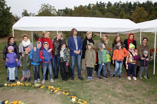 Symbolického dlabání dýní se zúčastnily známé osobnosti se svými dětmi, které svými výtvory oficiálně odstartovaly výstavu.