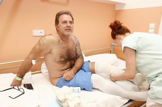 Jakub Smolík musel na operaci kolene.