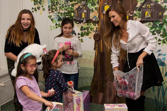 Po focení se Andrea vypravila do dětského domova v Plzni, kde rozdávala dárky.