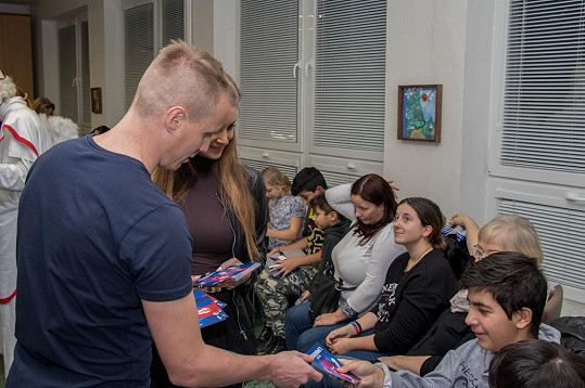 Pak spolu s partnerkou rozdávali dárečky v dětském domově Domino v Plzni.