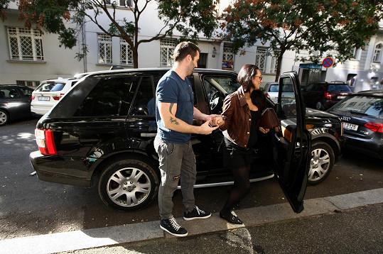 Vašek je galantní. Láskyplně jí pomáhal z auta.