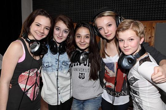 Niki Mertová (vpravo) začínala v dívčí skupině 5 Angels.