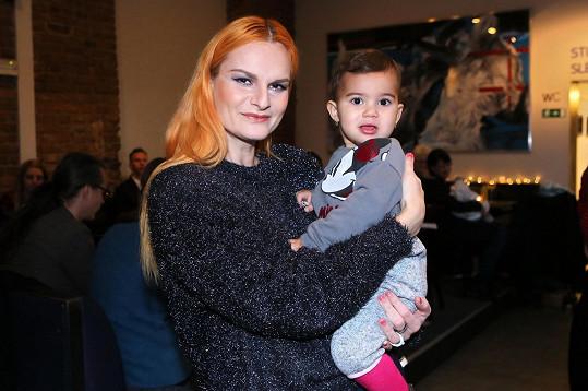 Iva Pazderková si na akci vypůjčila dítě.