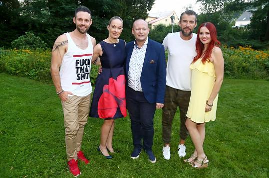 Herečka o víkendu vystupovala s kolegy z muzikálu Mamma Mia! (na snímku ještě s prezidentem soutěže Muž roku Davidem Novotným).