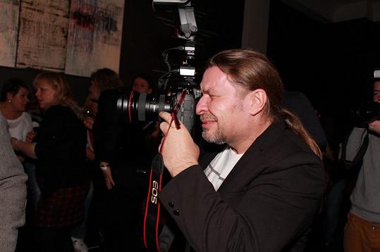 Na večírku si rozjařený Kolář půjčil od fotografa foťák a začal fotit své kolegy.