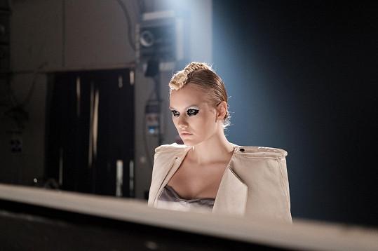 Na natáčení klipu se v jejím extravagantním vzhledu projevila práce módní blogerky.