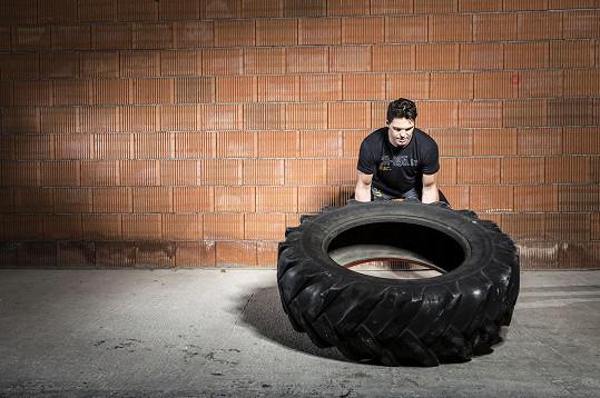 Hokejistovi se podařilo nadzvednout obří pneumatiku.