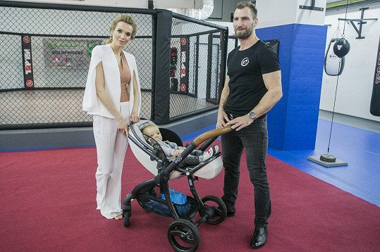 Celá rodina v nové MMA Areně, kterou André Reinders otevřel.