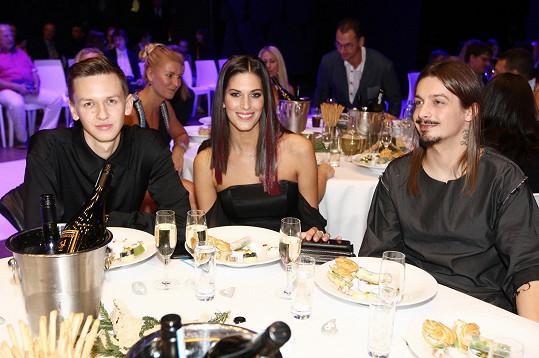 Anetě dělal společnost její dvorní kadeřník Michael Kováčik (vlevo).