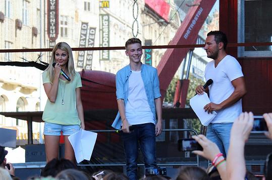 Tomáš si nedávno zazpíval před davy na Václaváku.
