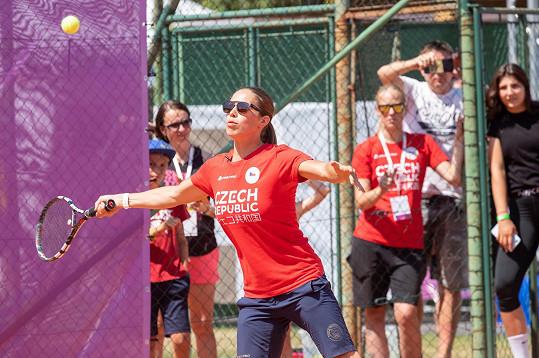 S tenisovou raketou jí to samozřejmě nejde tak dobře jako na prkně.