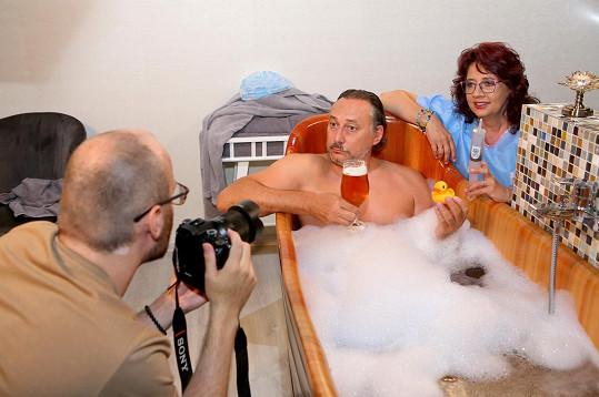 ... ale také fotil stránku do kalendáře v pivní lázni.