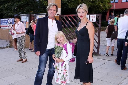 Sabina Laurinová a Karel Kameník doprovodili dceru Maju do první třídy.