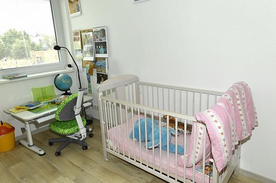 Dětský pokoj s postýlkou pro mladší ratolest