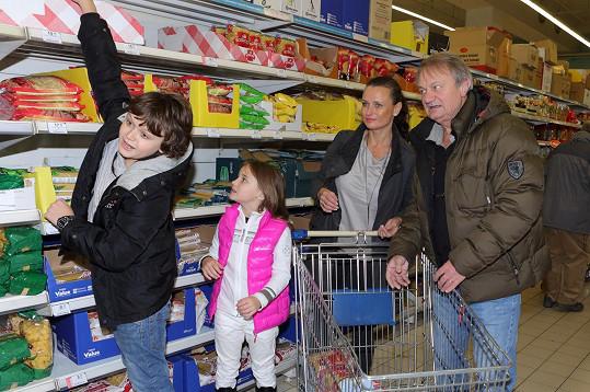 Desetiletý Daniel a sedmiletá Jasmína Adamcovi dobře věděli, k čemu je sbírka potřebná.