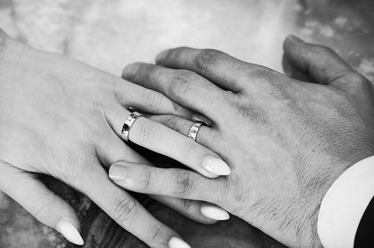 Tereza a Marek se pochlubili snubními prsteny z dílny Jitky Kudláčkové.