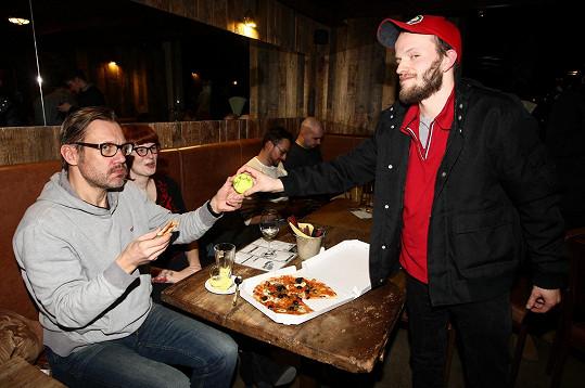 Ani na projekci seriálu nevypadl Vladimír z role a doručil pizzu kolegovi Davidovi Matáskovi.