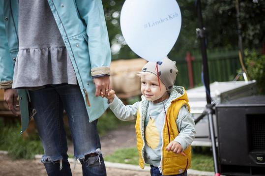 Malý Tobiášek na dětském dnu pořádaném švédským módním řetězcem.