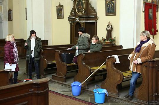 Na place. Natáčelo se v kostele.