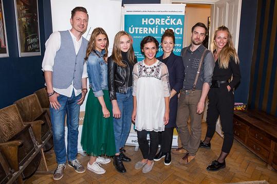 Veronika pomáhá Lilian s plánováním benefičního koncertu Horečka úterní noci, kde vystoupí řada známých tváří.