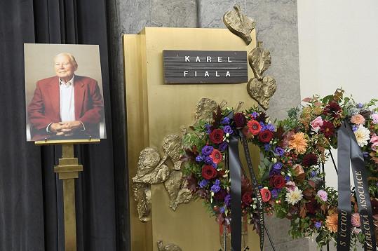 Lidé se rozloučili s Karlem Fialou.