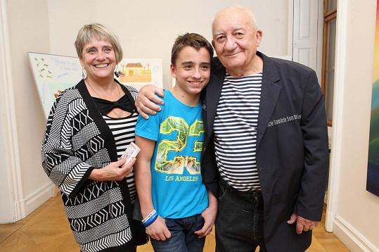 Srstka, který nedávno oslavil osmdesátku, s manželkou a vnukem.