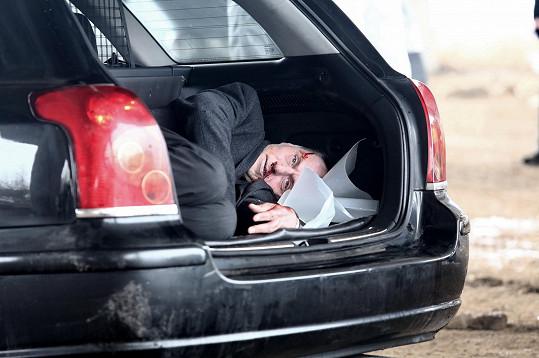 Roden se musel nasoukat do kufru auta.