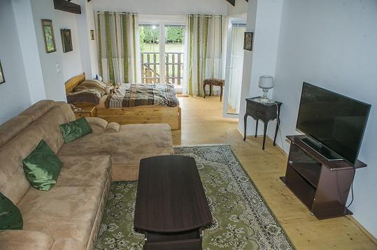 Hned vedle spacího prostoru je prostor pro gauč a televizi.