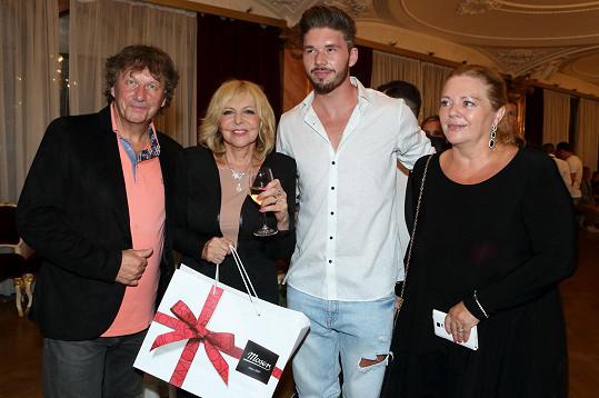 Stanislav Hložek se synem Matyášem a manželkou Alenou gratulovali Haně Zagorové k narozeninám.