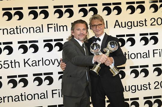 Hlavní zahraniční hvězdou závěrečného ceremoniálu byl Ethan Hawke. On i režisér Jan Svěrák převzali Cenu prezidenta MFF KV.