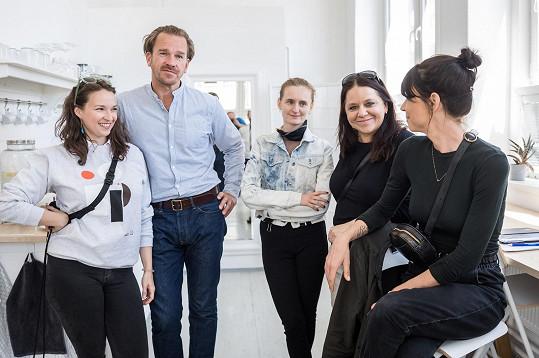 Herečka s kolegou Stanislavem Majerem a částí týmu