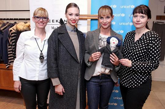 Představení panenky určené pro dražbu pro UNICEF