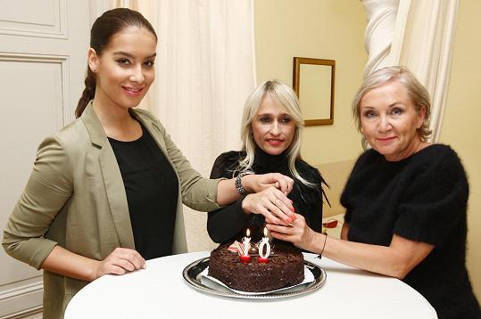 Nenechala si ujít kus narozeninového dortu s Bárou Basikovou a Renatou Hawaz.