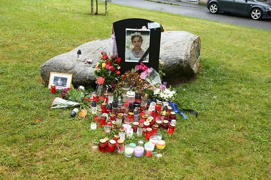 Fanoušci nemohou na milovanou Popelku zapomenout. U jejího portrétu zapalují svíčky a přináší k němu květiny.
