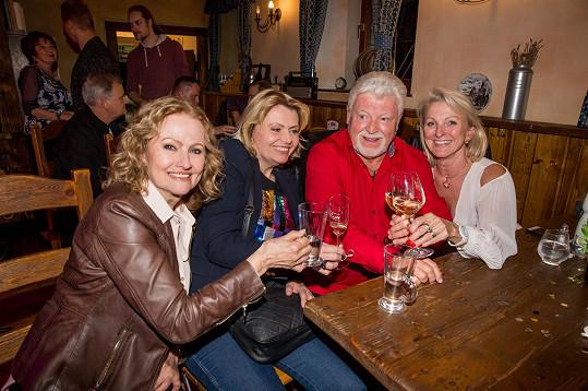 Dobře se bavily v přítomnosti kolegy Milana Drobného a jeho manželky.
