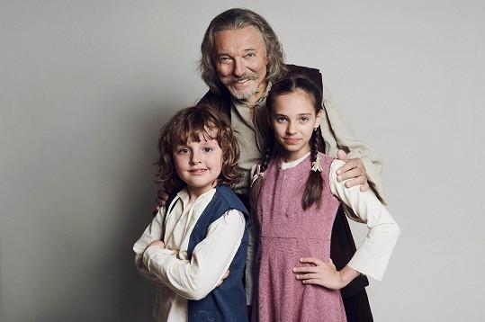 V pohádce hraje jeho vnučku dcera Charlottka (vpravo).