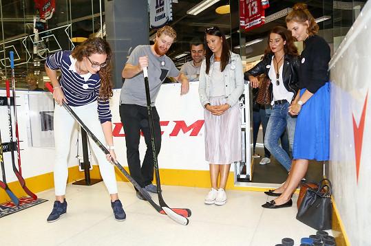 Gabriela a její kolegyně dostaly lekci hokeje od Jakuba Voráčka, který se svou nadací pečující o pacienty s roztroušenou sklerózou akci uspořádal.