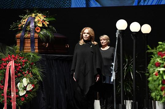 Čestnou stráž držela i Dagmar Havlová.
