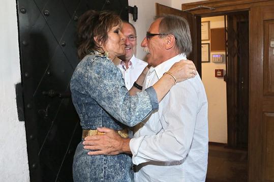 Vyzdobená zpěvačka se zdraví s kamarádem Pavlem Zedníčkem, kterému na Floridě uspořádala svatbu.