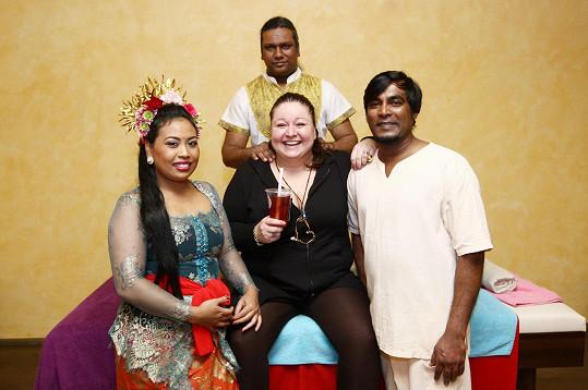 Aneta oslavila třetí výročí svého masážního salónu, kde masíruje její mauricijský přítel Prince, kráska z Bali a masér ze Srí Lanky.