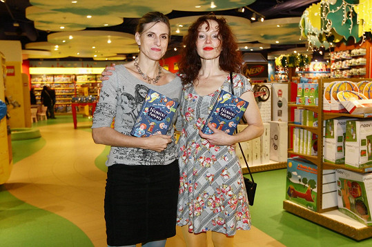 Sára Saudková se Sylvou Francovou, která knížku ilustrovala.