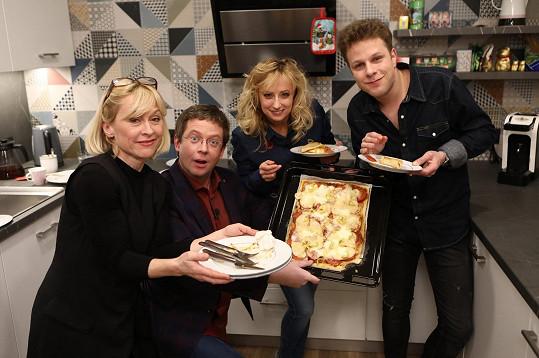 Na pizze, kterou Honza připravil, si pochutnala také jeho taneční partnerka ze StarDance Dana Batulková.