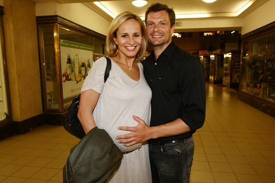 Monika Absolonová je o dva roky mladší než Zdeňka, ale čeká teprve první dítě. Na snímku s partnerem Tomášem Hornou.