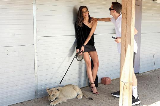 Během focení v 35stupňových vedrech trpěly modelka i lvíče, se kterým pózovala.