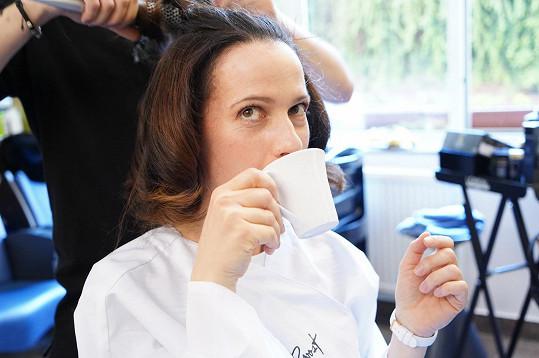 Herečku jsme zastihli v kadeřnickém salonu, kde si po několika měsících dopřávala péči profesionálů.