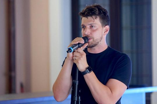Druhý večer zazpíval Peter, který je držitelem ceny Thálie za muzikál Rocky, svoji první sólovou píseň.